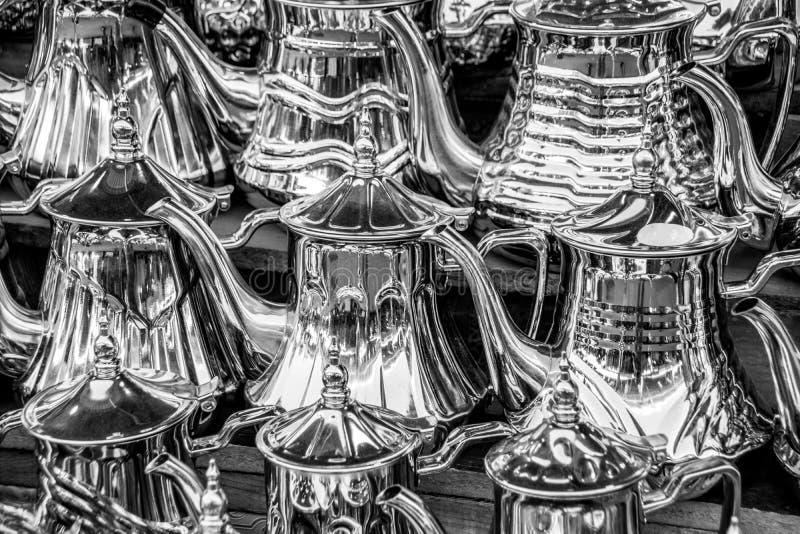 Zilveren theepotten voor verkoop in souk Agadir, Marokko, Afrika stock foto