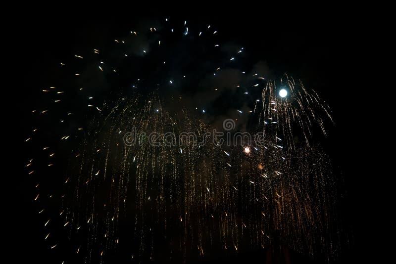 Zilveren vuurwerk bij nachtachtergrond met maan royalty-vrije stock afbeeldingen