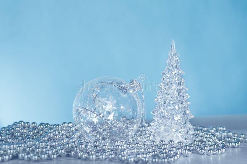 Zilveren zwart-wit Kerstmisornamenten op blauw royalty-vrije stock afbeeldingen