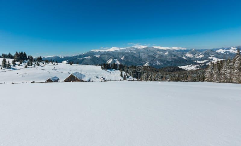Zim śnieżne góry i samotny domostwo, zdjęcie royalty free