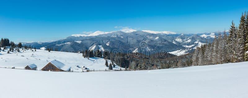 Zim śnieżne góry i samotny domostwo, zdjęcia stock