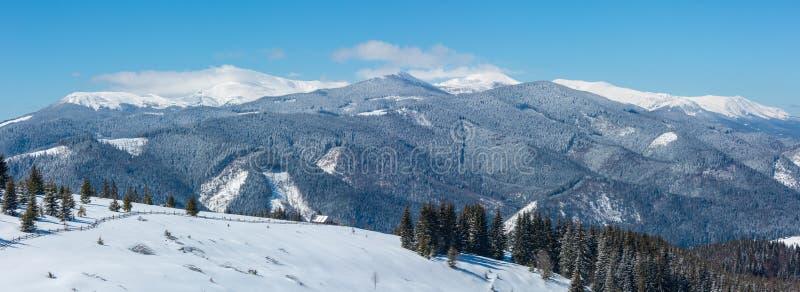 Zim śnieżne góry i samotny domostwo, fotografia royalty free