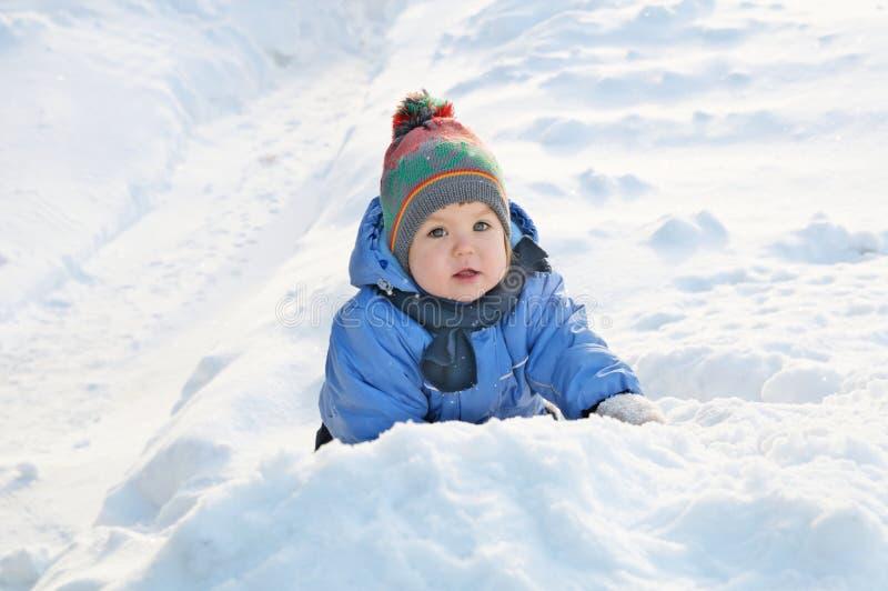 Zim aktywność pojęcie - małej dziewczynki outside bawić się w śniegu fotografia stock