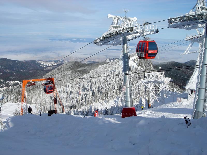 Zim gór panorama z narciarskimi skłonami i narciarscy dźwignięcia przy nartą ześrodkowywamy zdjęcie stock