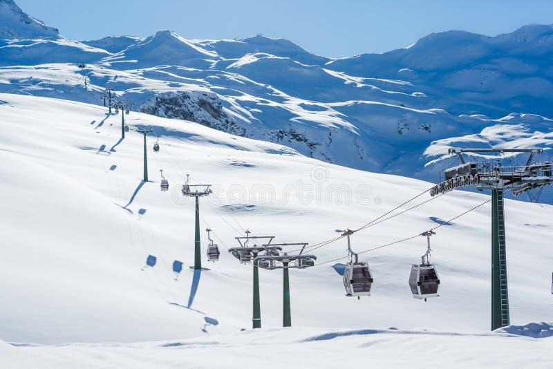 Zim gór panorama z narciarskimi skłonami i narciarskimi dźwignięciami fotografia stock