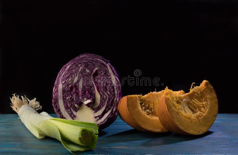 Zim warzywa na błękitnym drewnianym tle zdjęcia royalty free