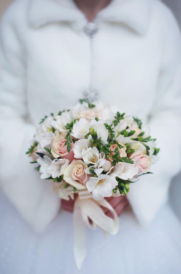Zima ślubny bukiet w rękach panna młoda zdjęcie stock