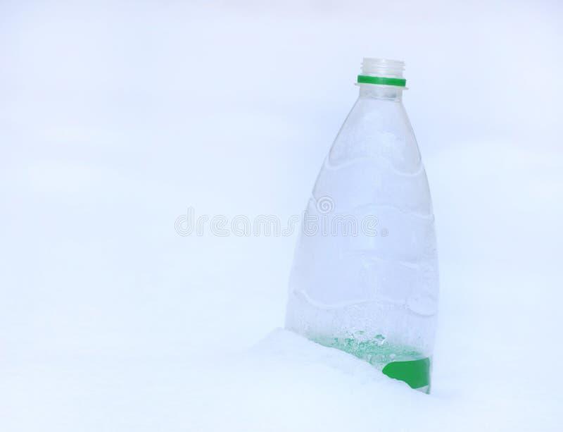 Zima śnieg Butelka woda w śniegu, zakończenie, zdjęcia stock