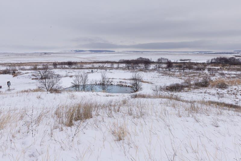 Zima błękitny jezioro w śniegu fotografia stock
