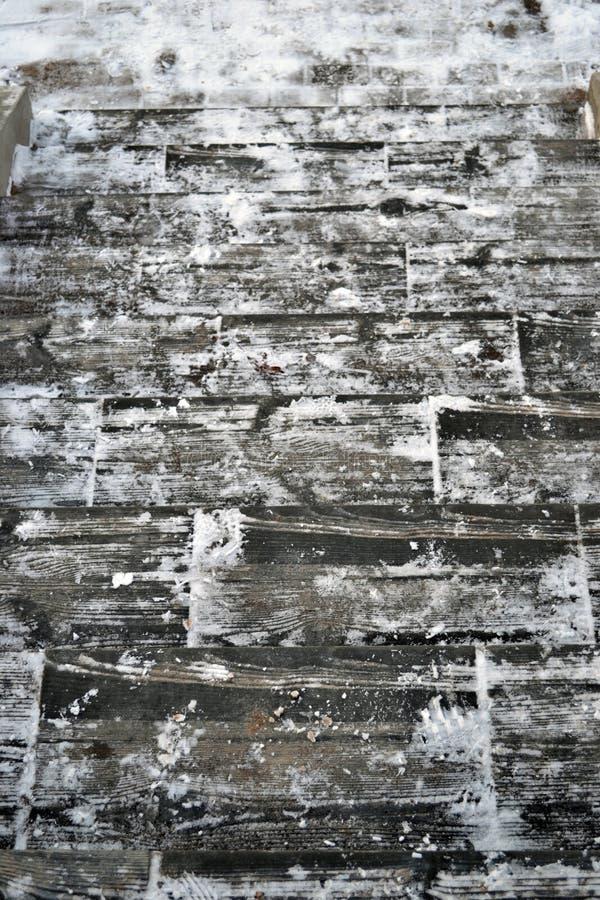 Zima biali szarzy drewniani schodki, krok po kroku fotografia stock