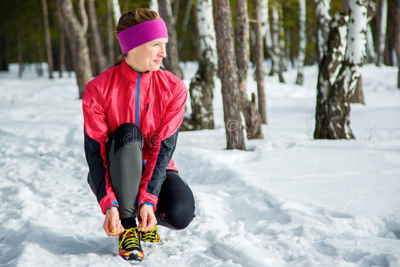 Zima biegacz dostaje przygotowywającego bieg target1445_0_ obuwiane koronki Pięknego sprawność fizyczna modela stażowy outside Na fotografia stock