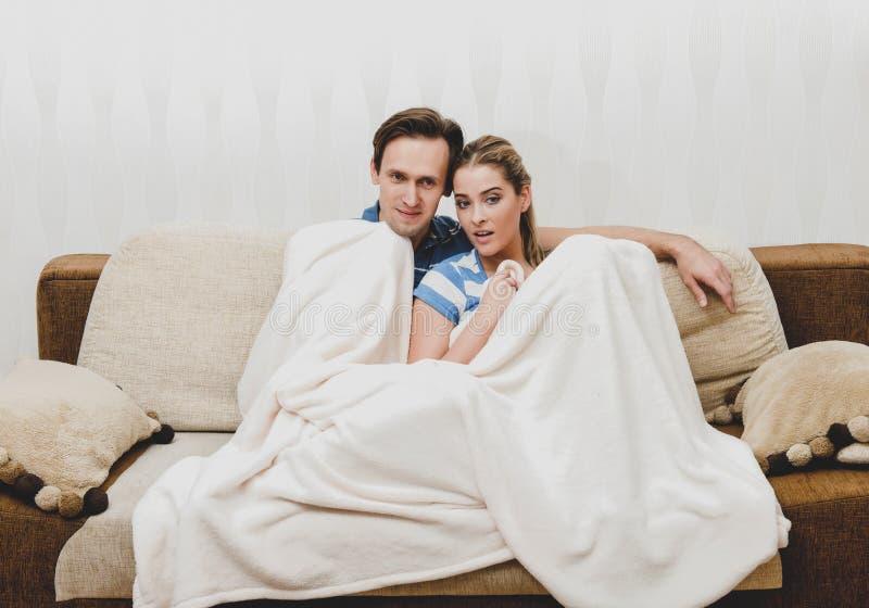 Zima czas relaksuje dla pary zdjęcie stock