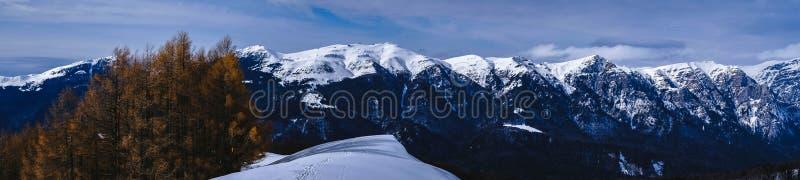 Zima czasu panoramy góry nad Bucegi górami w Romania Zimy czarodziejki ogon zdjęcie stock