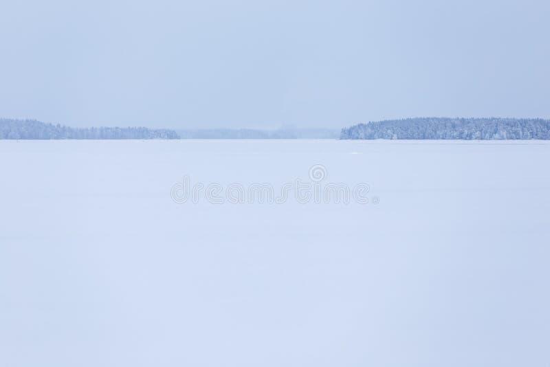 Zima dnia jeziora chmurny krajobraz fotografia stock
