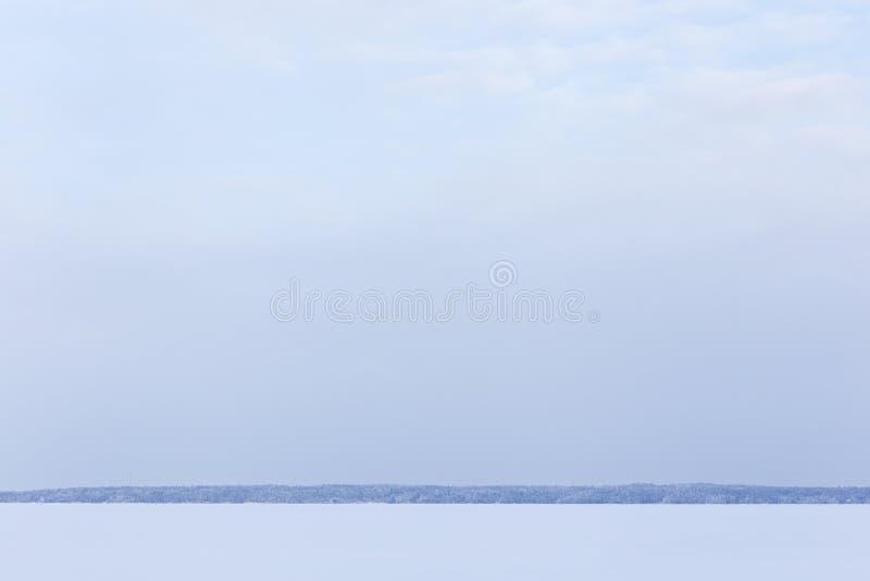 Zima dnia jeziora chmurny krajobraz zdjęcia royalty free