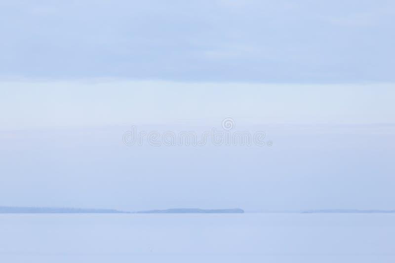 Zima dnia jeziora chmurny krajobraz zdjęcie stock