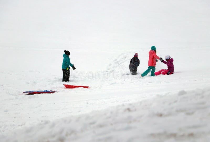 Zima dnia zabawy śnieżny tło fotografia royalty free
