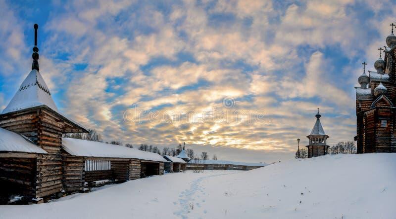 Zima dzień w lasowym parku Drewniana Pokrovsky katedra, zabytek drewniana architektura obrazy royalty free