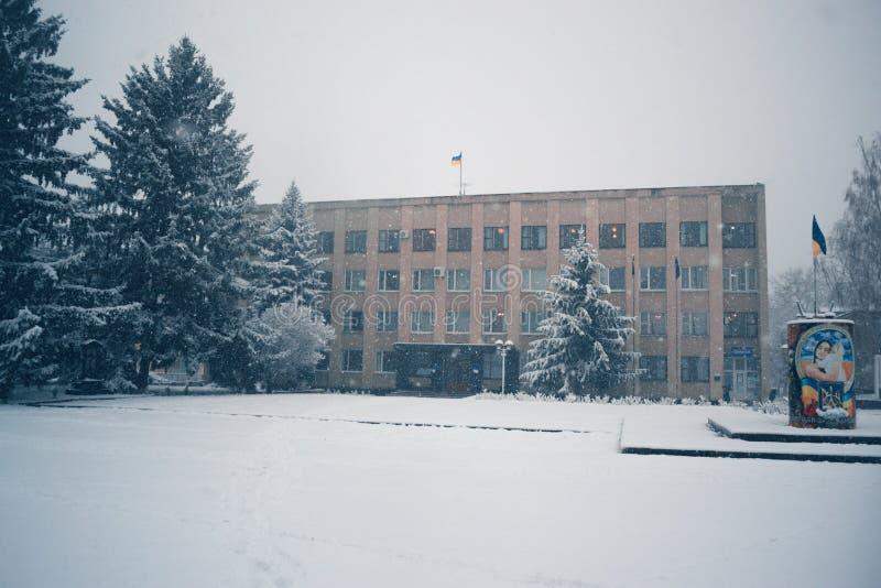Zima dzień w opadzie śniegu w miasteczku obrazy royalty free
