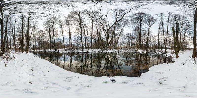 Zima folował bańczastą hdri panoramę 360 stopni kąta widoku drogi w śnieżnej lasowej pobliskiej rzece z szarość palu niebem w equ obrazy royalty free
