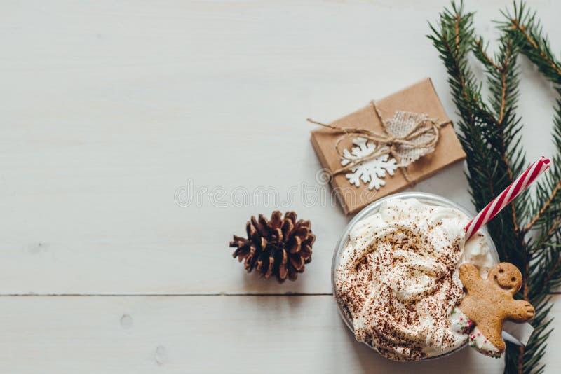 Zima gorący napój z piernikowymi mężczyzna ciastko i boże narodzenie dekoracja na drewnianym bielu stole obrazy royalty free