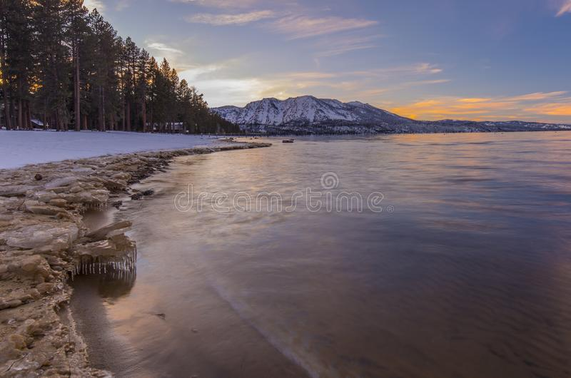 Zima i śnieg nakrywaliśmy góry - zmierzch przy Jeziornym Tahoe California obrazy stock