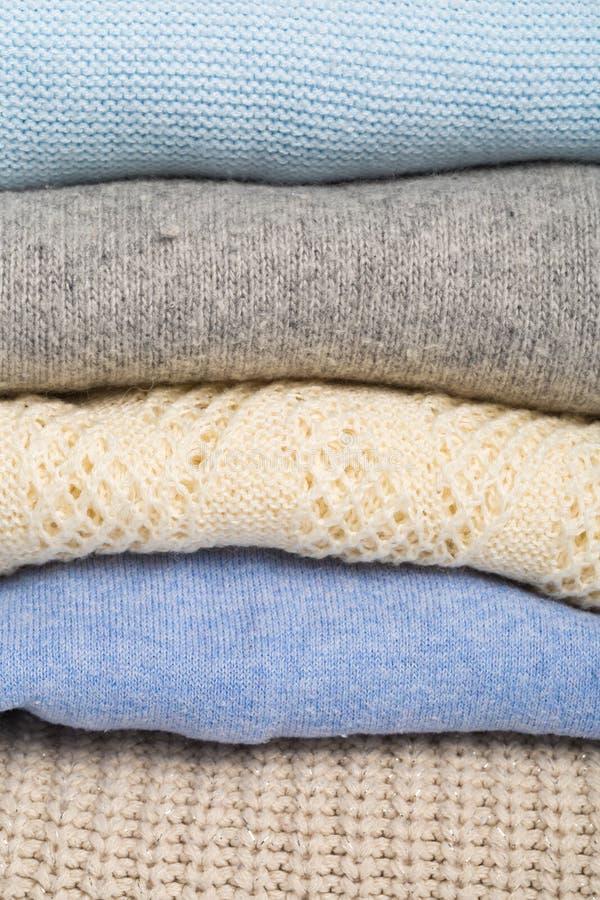 Zima i spadków pulowerów wygodna sterta, woolen pulowery obraz royalty free