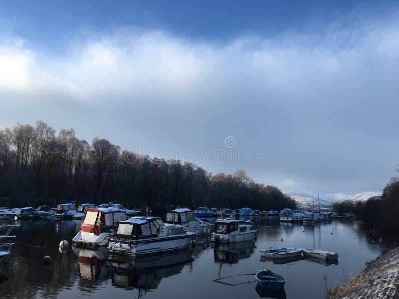 Zima jezioro z łodziami zdjęcia royalty free