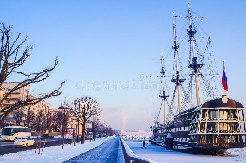 Zima krajobraz na mroźnym dniu W zimie Petersburg, ludzie chodzą przy fortecą Stary lampion przy Petropavlovskaya fortres zdjęcie royalty free