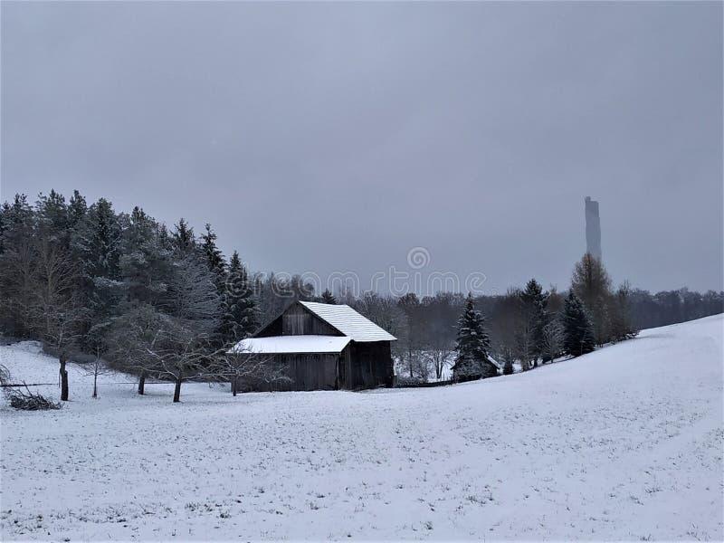 Zima krajobraz w Rottweil z drewnianą budą i test górujemy obraz stock