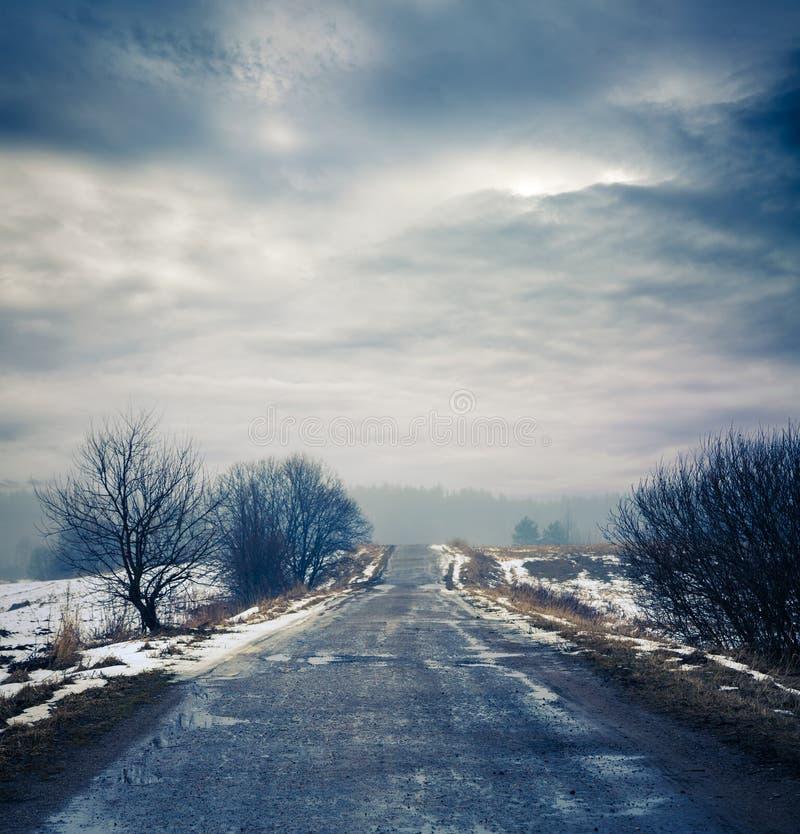 Zima krajobraz z Brudną drogą i Markotnym niebem fotografia royalty free