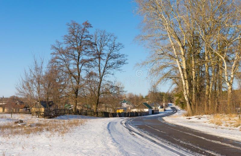 Zima krajobraz z drogą Derevki wioska w kniaź zdjęcie stock