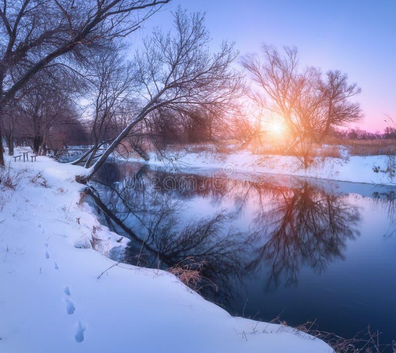 Download Zima Krajobraz Z Drzewami Odbijał W Rzece Przy Zmierzchem Zdjęcie Stock - Obraz złożonej z zimno, mróz: 106909602