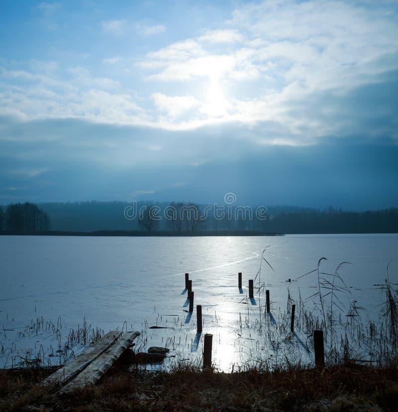 Zima krajobraz z zamarzniętym jeziorem obrazy royalty free