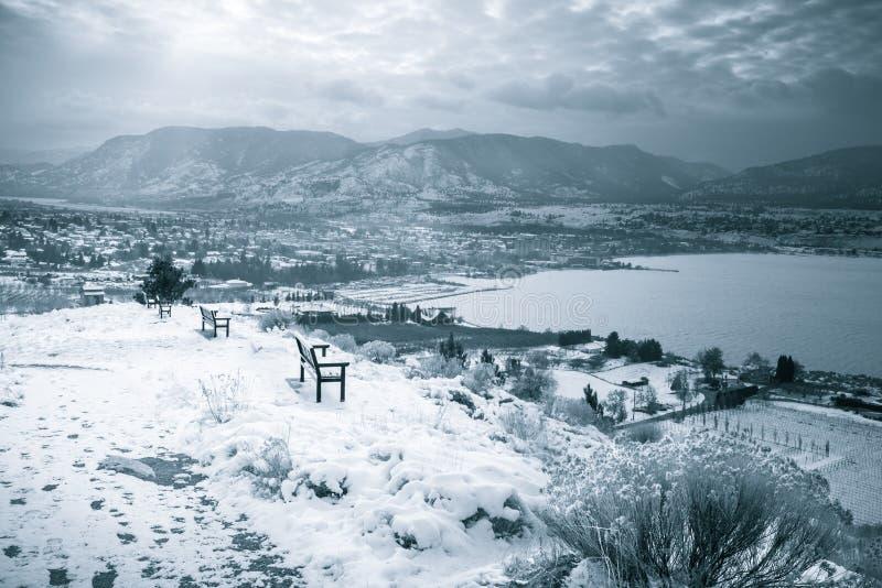 Zima krajobrazowy widok miasto, jezioro i nakrywać góry, fotografia royalty free