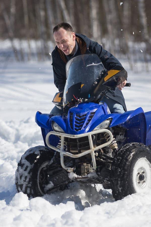 Zima lasu zimna pogoda Doros?y m??czyzna jedzie du?ego snowmobile zdjęcie stock