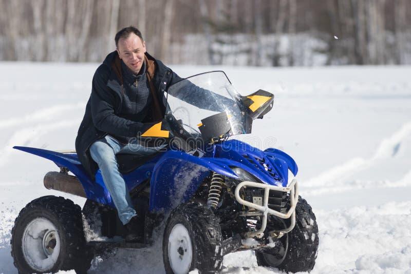 Zima lasu zimna pogoda M??czyzna jedzie du?ego snowmobile zdjęcie royalty free