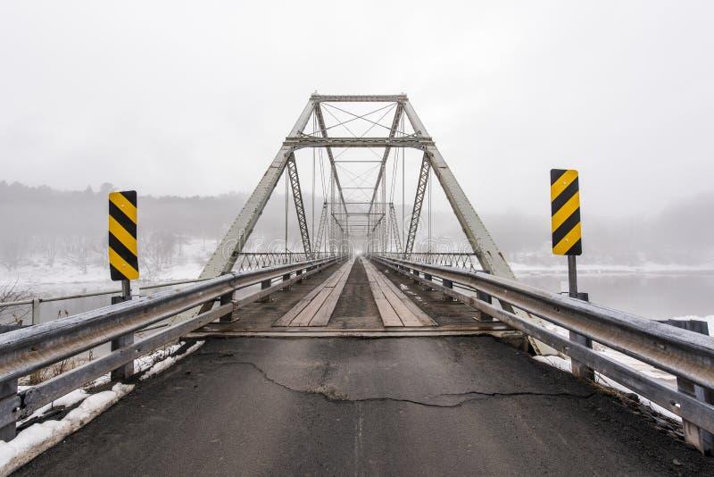 Zima, Mgłowa scena przy Historycznego Skinners spadku Kratownicowym mostem zdjęcia royalty free