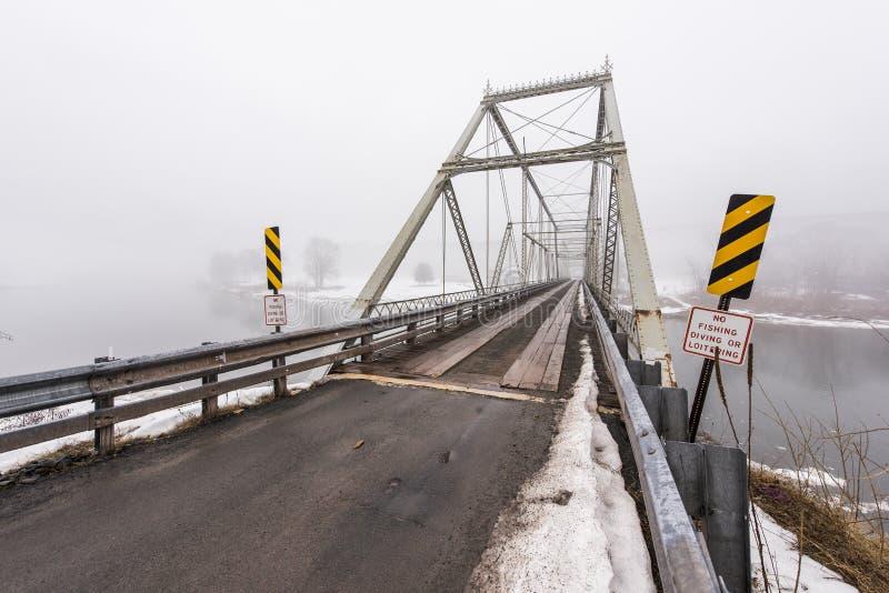Zima, Mgłowa scena przy Historycznego Skinners spadku Kratownicowym mostem fotografia royalty free