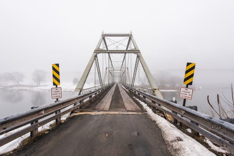 Zima, Mgłowa scena przy Historycznego Skinners spadku Kratownicowym mostem fotografia stock