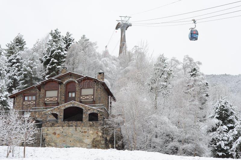 Zima, miasto krajobraz, dom i narciarski dźwignięcie po opadu śniegu los angeles Massana, - drzewa, ksiąstewko Andorra wschodni P obraz stock