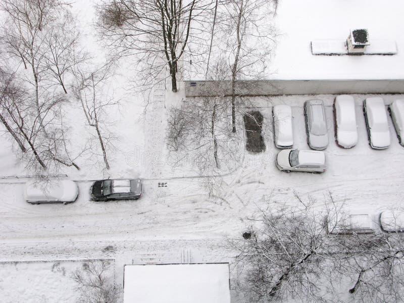 Zima, miasto, mieszkaniowy okręg, samochody, odgórny widok zdjęcie royalty free