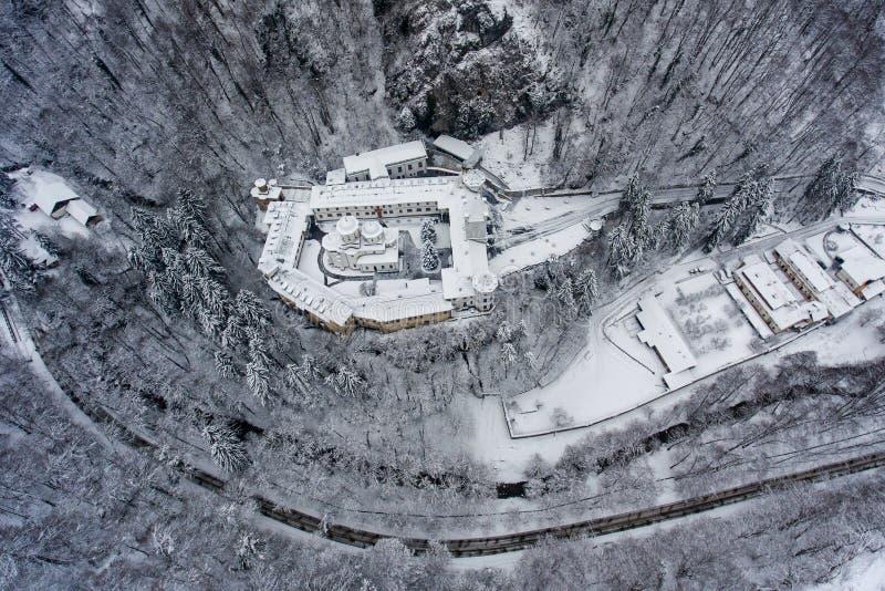 Zima monaster i strzelaliśmy od trutnia above obraz stock