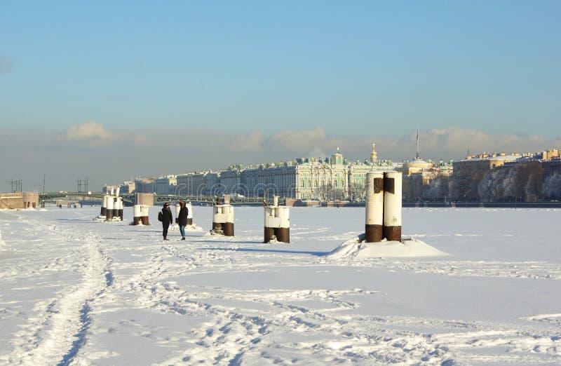 Zima mroźny dzień na Neva rzece obraz stock