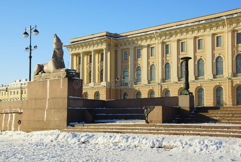 Zima mroźny ranek, sfinks i gryf na Uniwersyteckim bulwarze, obraz stock