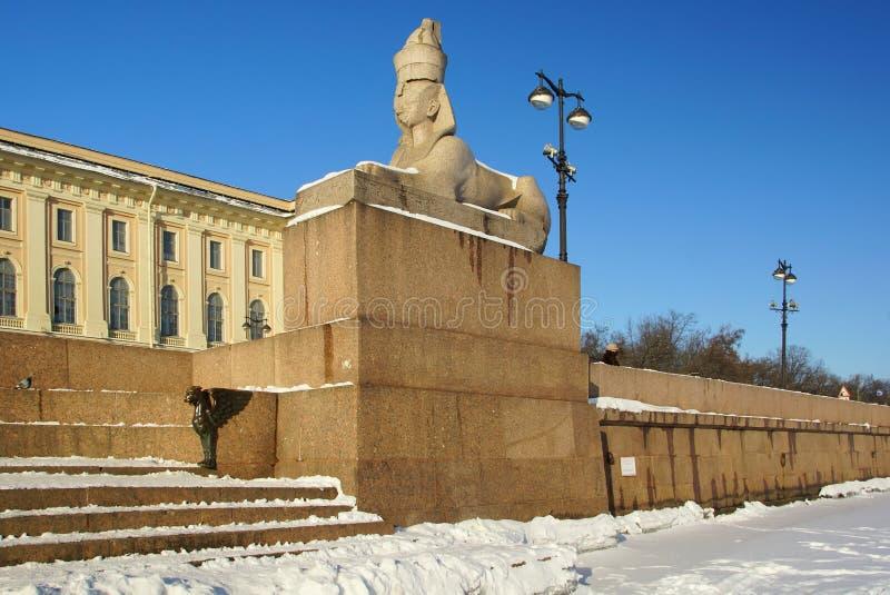 Zima mroźny ranek, sfinks i gryf na Uniwersyteckim bulwarze, obraz royalty free