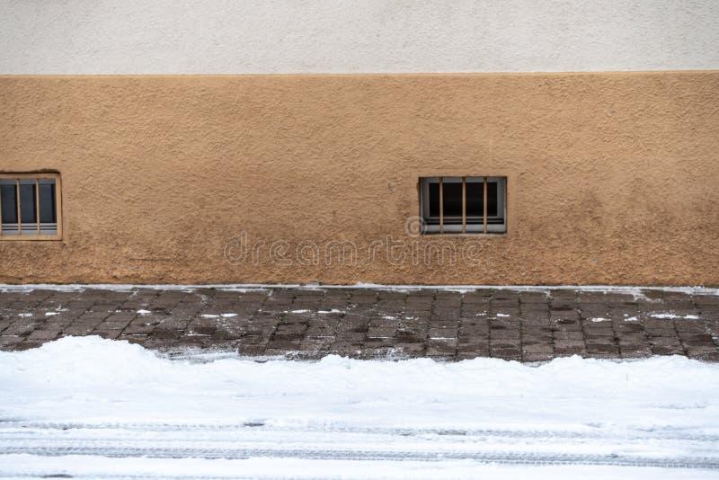 Zima na drodze - czerep śnieżysta ulica obok czystego chodniczka zdjęcie stock