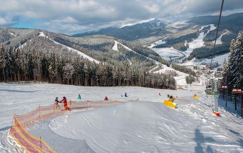 Zima ośrodek narciarski w Ukraińskich Karpackich górach, Bukovel fotografia royalty free