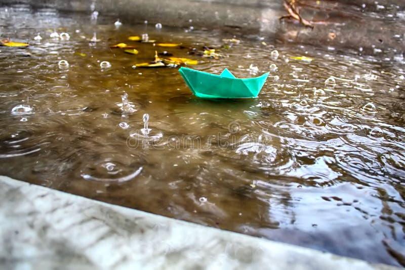 Zima pada w Izrael, zalewa Strumień deszczówka niesie Origami statek obraz stock