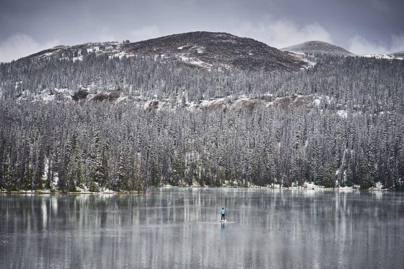 Zima paddleboarding w górach obraz royalty free